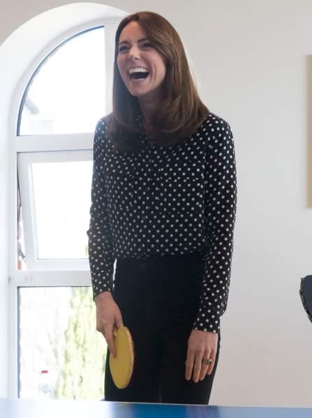Kate Middleton donne tout et en bonne joueuse de tennis, elle bat son partenaire, le prince William lors des activités prévus de Savannah House en Irlande le 4 mars 2020.