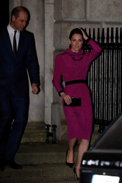 Kate Middleton et le prince William sont reçus par le vice ministre de l'Irlande S. Coveney lors de leur visite officielle à Dublin, le 4 mars 2020. La duchesse est sublime dans sa robe vintage du créateur Oscar de la Renta. Une robe qui fait référence à une tenue potée par Lady Diana dans les 80's.