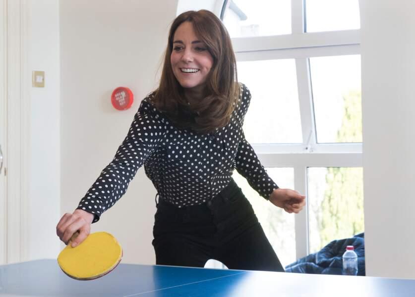 Kate Middleton, est tout sourire alors qu'elle joue un match de Ping-pong face à son mari, le prince William dans le comté de Meath en Irlande le 4 mars 2020.