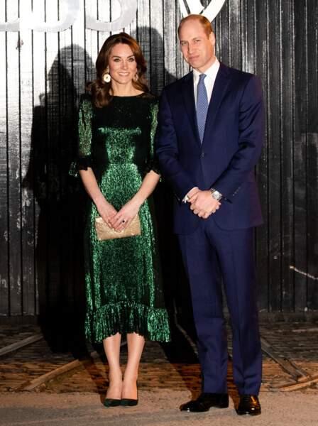 """Pour cette occasion, Kate Middleton porte une robe vert émeraude de """"The Vampire's Wife"""" d'une valeur de 1900 €."""