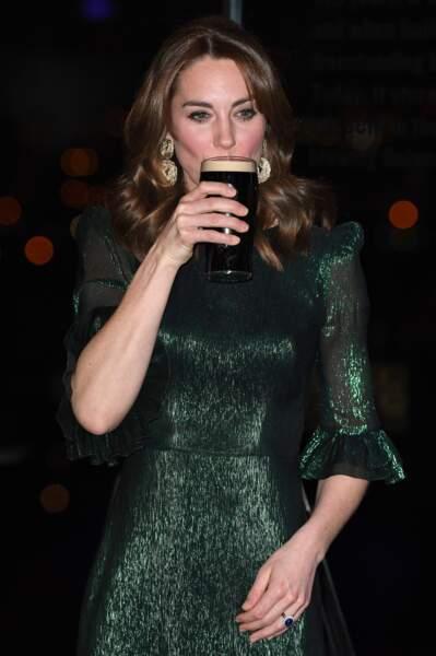Adorable, Kate Middleton sirote une bière Guinness à l'occasion d'une réception organisée par l'ambassadeur britannique au Guinness Storehouse à Dublin, le 3 mars 2020.