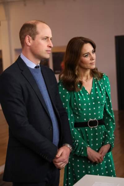 . La duchesse porte une robe verte à pois de Suzannah. Elle vaut un peu moins de 1500 euros.