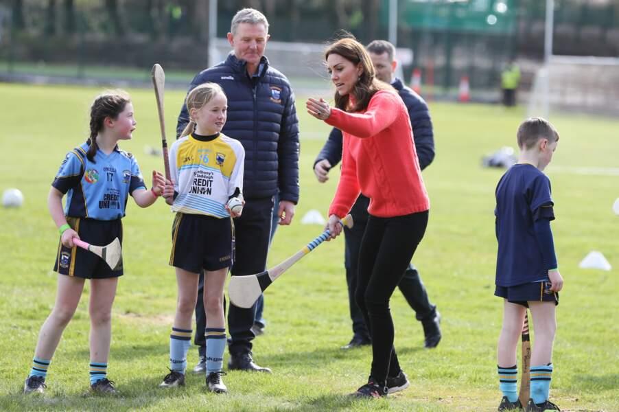 Le prince William et Kate Middleton s'en donnent à cœur joie lors d'une session de Hurling (un sport traditionnel) en Irlande. La duchesse est toujours aussi douce et gentille avec les plus jeunes joueurs du club en ce début mars 2020.