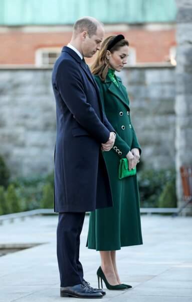Kate Middleton porte un manteau vert signé Catherine Walker. Kate Middleton porte également un petit sac du créateur L.K.Bennett au prix de 170 euros.