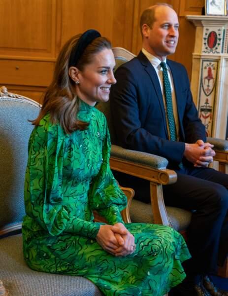 La duchesse de Cambridge porte une robe verte d'Alessandra Rich valant plus de 1900 euros. La princesse a fait poser des boutons semblables à ceux de son manteau.