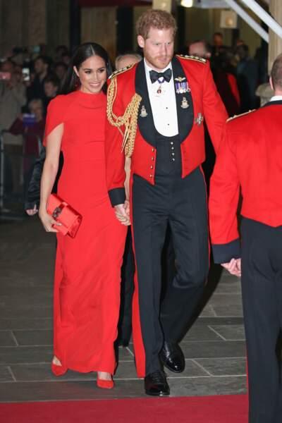 Meghan Markle et le prince Harry ont adopté le total look rouge sur le tapis rouge.