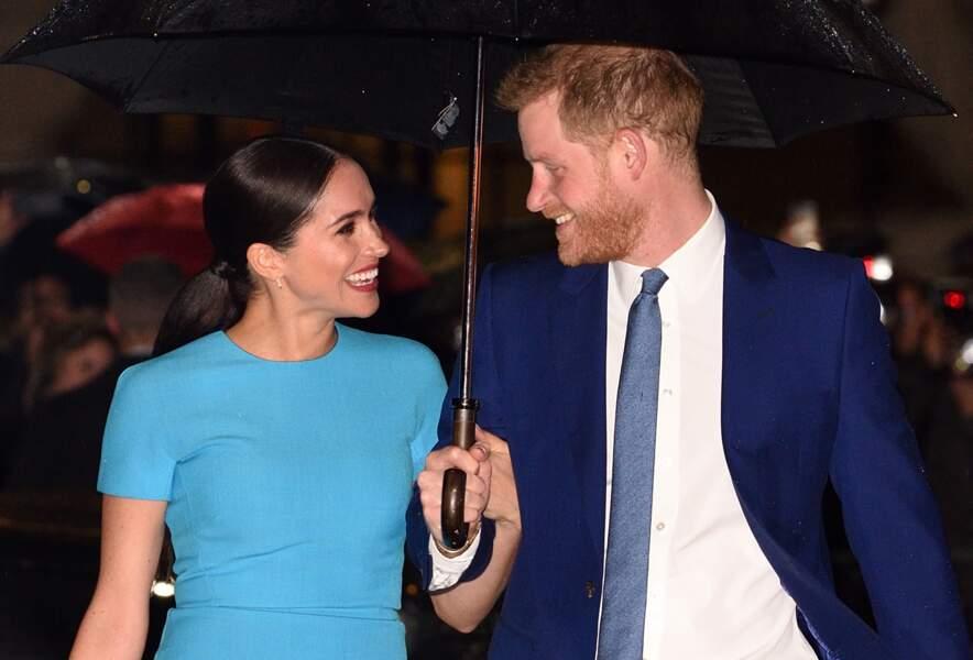 Le 5 mars 2020, Meghan Markle et Harry arrivent à la cérémonie des Endeavour Fund Awards en total look bleu, allant du bleu marine au bleu turquoise, le couple de Sussex a fait une entrée triomphante sous la pluie.