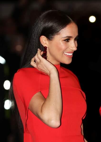 À l'occasion de cet événement, Meghan Markle a choisi des boucles d'oreilles Simone Rocha couleur grenat au prix de 280 euros, pour se rendre au Royal Albert Hall de Londres, Royaume Uni, le 7 mars 2020.