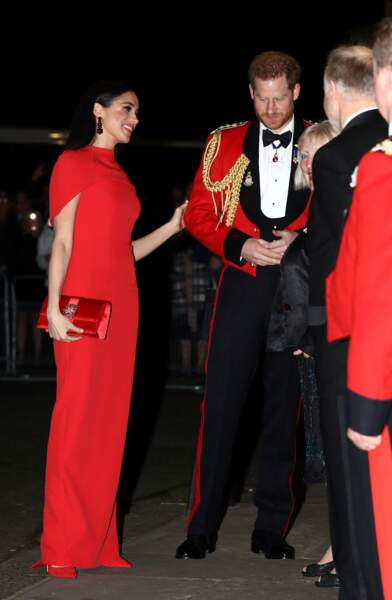 Meghan Markle sublime dans un total look rouge, parfaitement assorti à l'uniforme de la Marine Royale du prince Harry.