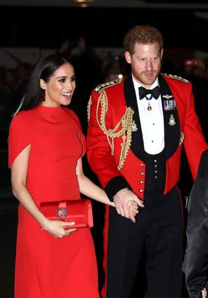 Meghan Markle et le prince Harry, radieux et parfaitement accordés au niveau de leur tenue.