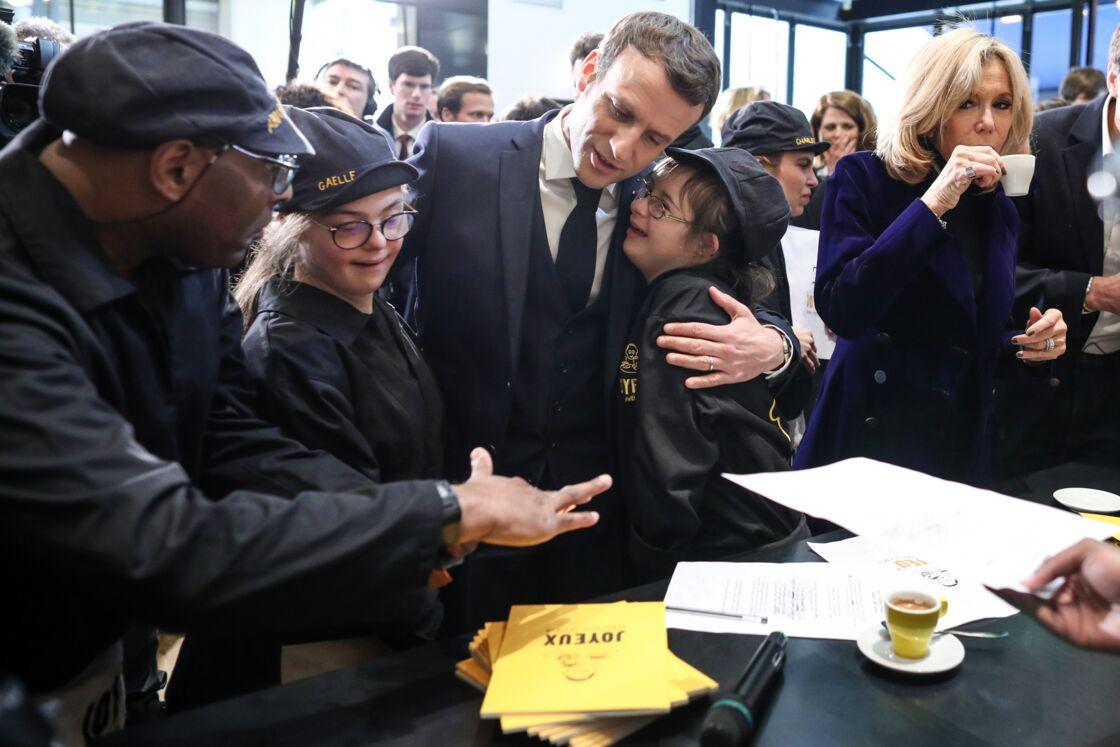 Brigitte et Emmanuel Macron à l'intérieur du Café Joyeux des Champs-Elysées, le 9 mars 2020.