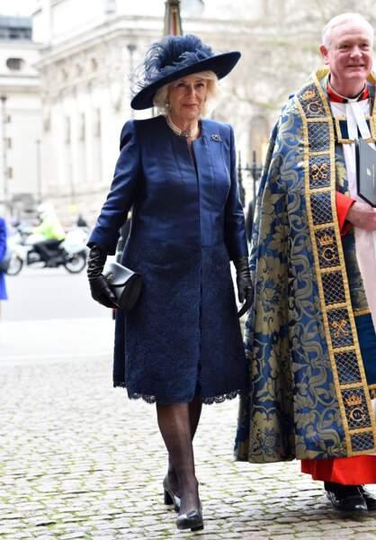 Camilla Parker Bowles en bleu, chapeau et robe.