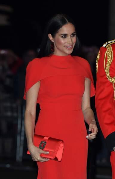 Meghan Markle porte une robe Safiyaa à 1500 €.