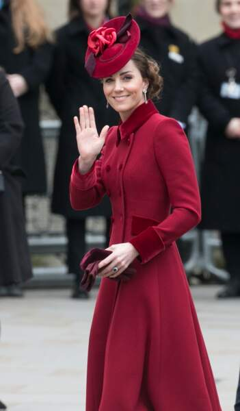 Kate Middleton en manteau Catherine Walker et bibi