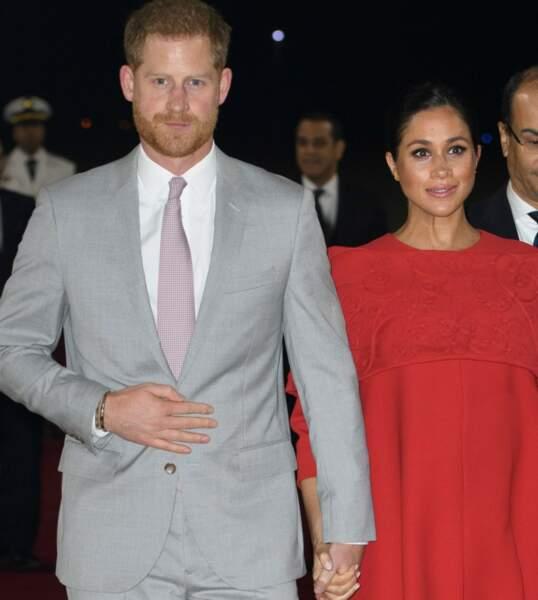 La cravate du prince Harry est rouge et rose comme la robe rouge et les escarpins roses de Meghan Markle.