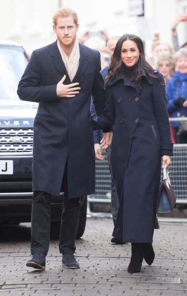 Le prince Harry et Meghan Markle  portent le même style de manteau long et bleu foncé style trench.
