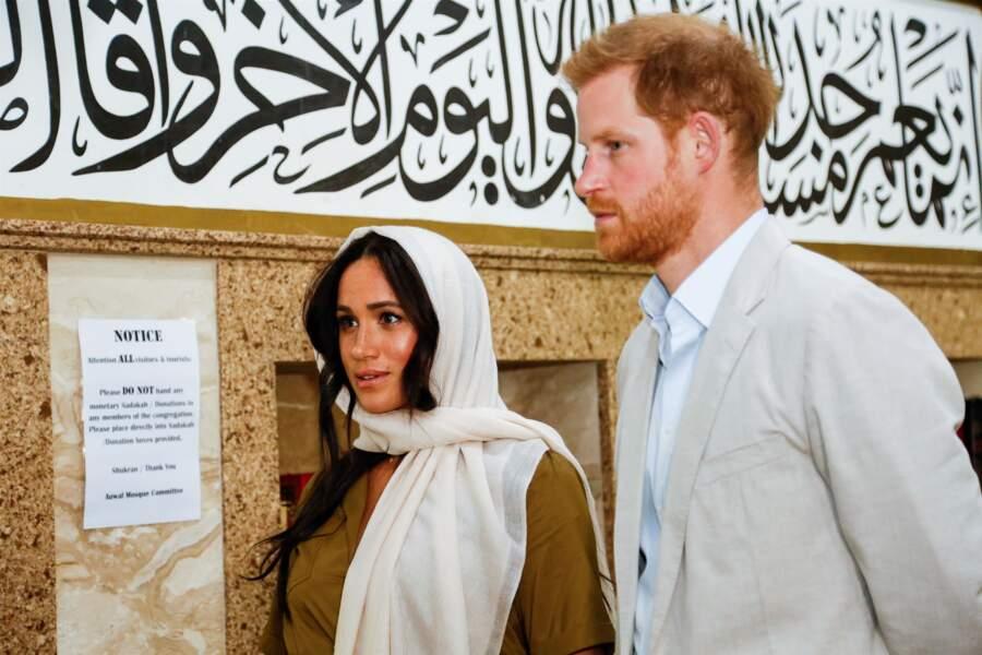 En visitent à la mosquée Auwa en Afrique du Sud, Meghan et Harry porte les mêmes tons une fois de plus.