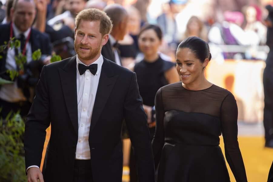 """Meghan Markle et le prince Harry très chics en noir pour la première du film """"Le Roi Lion"""" en juillet 2019."""