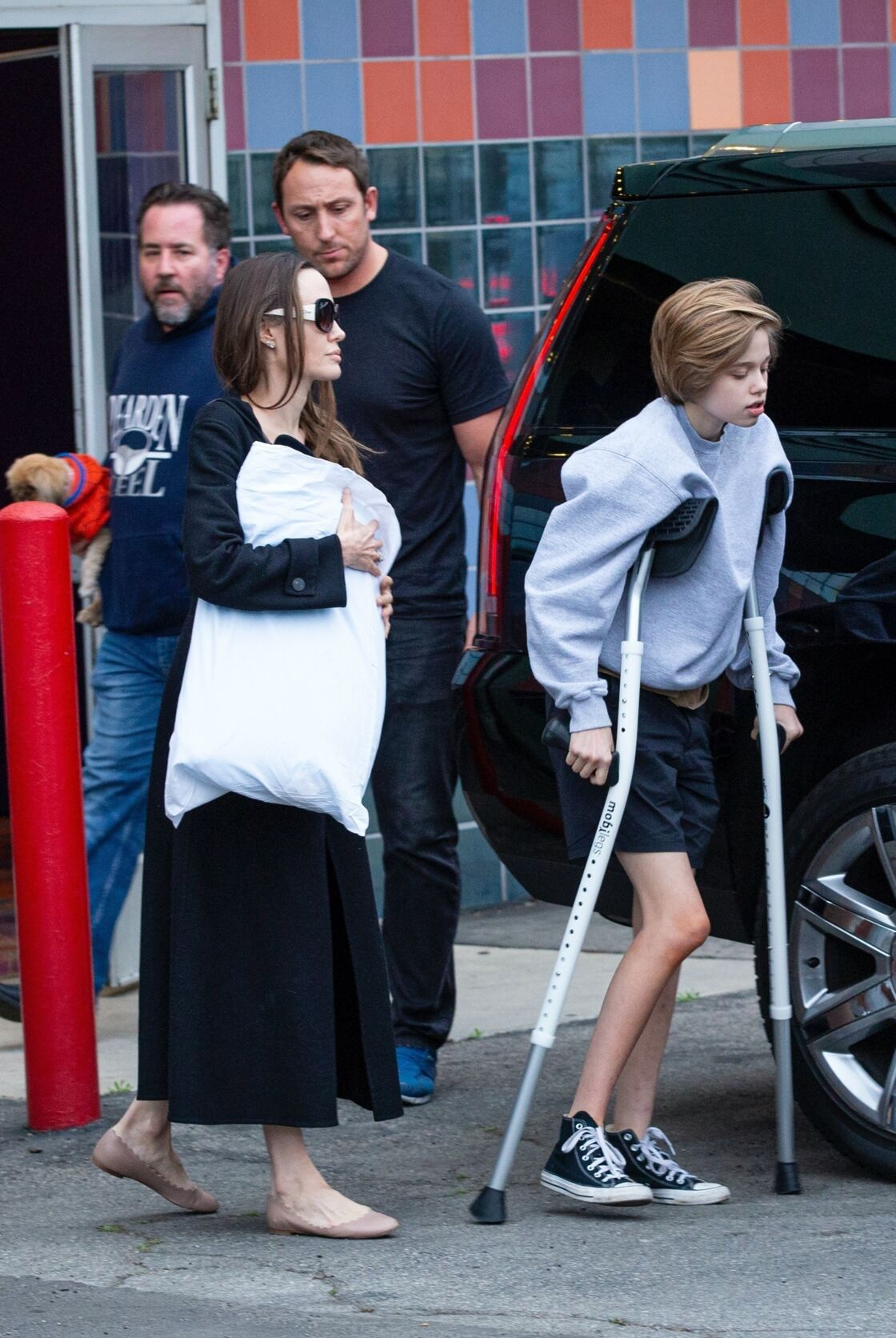 Angelina Jolie aux petits soins pour sa fille Shiloh, récemment opérée, à la sortie d'un cinéma de Los Angeles, le 9 mars 2020.