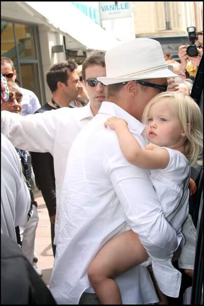 Shiloh Jolie-Pitt, avec son père Brad Pitt, à la sortie d'un magasin Bonpoint, à Cannes, en mai 2008.