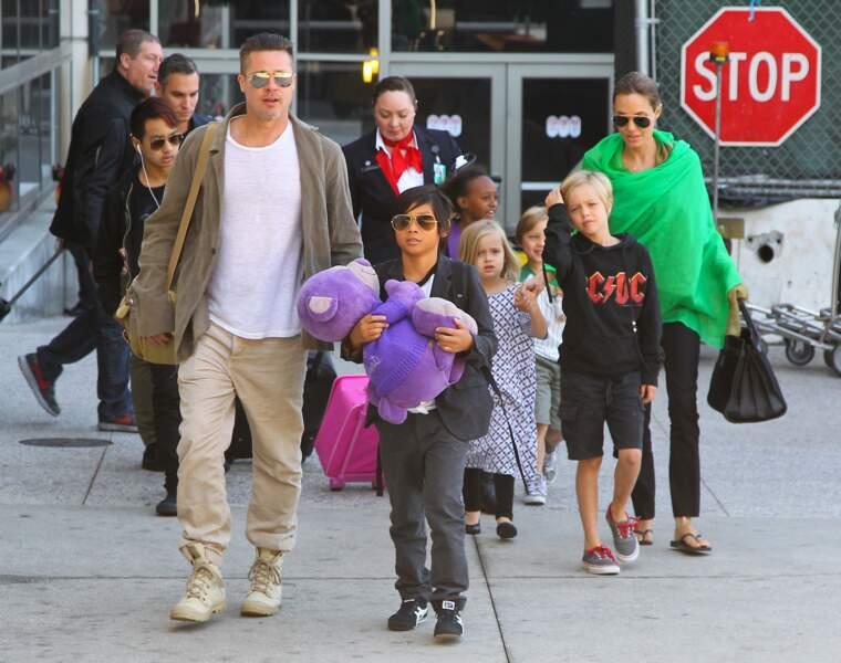Shiloh Jolie-Pitt (à droite), avec ses deux parents Brad Pitt et Angelina Jolie, à l'aéroport de Los Angeles, en 2014.