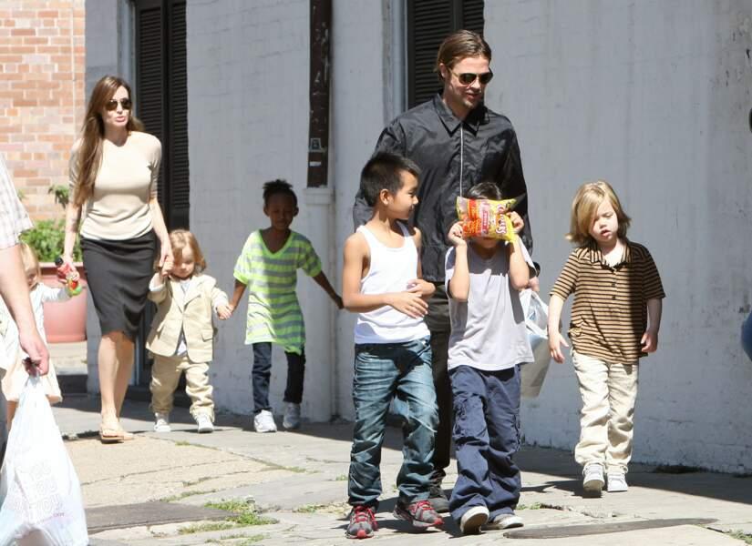 Brad Pitt et Angelina Jolie, avec leur six enfants, à la sortie d'un marché à la Nouvelle-Orléans en 2011. Shiloh est à l'extrême droite de la photo.