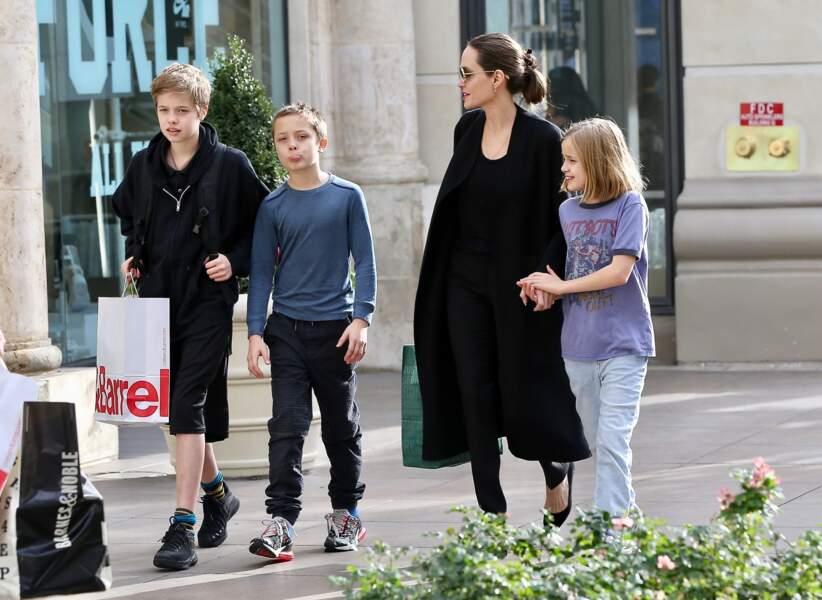Shiloh Jolie-Pitt (à gauche), avec son frère Knox, sa soeur Vivienne, et sa mère Angeline Jolie, dans les rues de West Hollywood, le 9 décembre 2018.