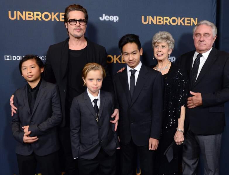Shiloh Jolie Pitt en costume assorti à celui de ses deux frères, Pax et Maddox Jolie Pitt. Ils sont à la première d'un film à Hollywood le 15 décembre 2014.