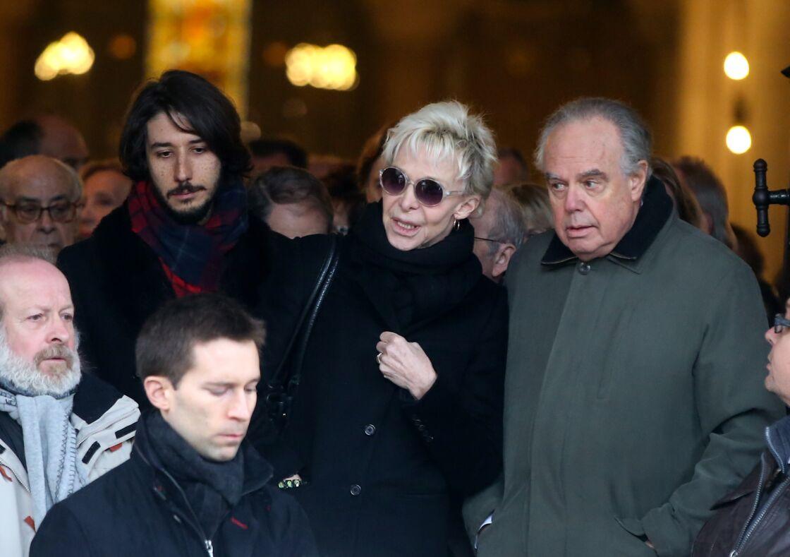 Tonie Marshall aux obsèques de Michele Morgan, soutenue par Frédéric Mitterrand, en 2016.