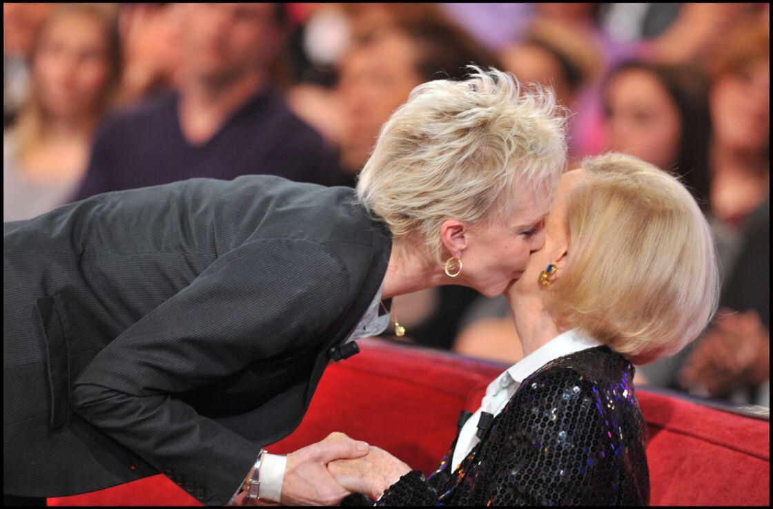 Tonie Marshall face à Michele Morgan, la mère de son demi-frère aîné Mike Marshall, sur le plateau de Vivement dimanche, en 2011.
