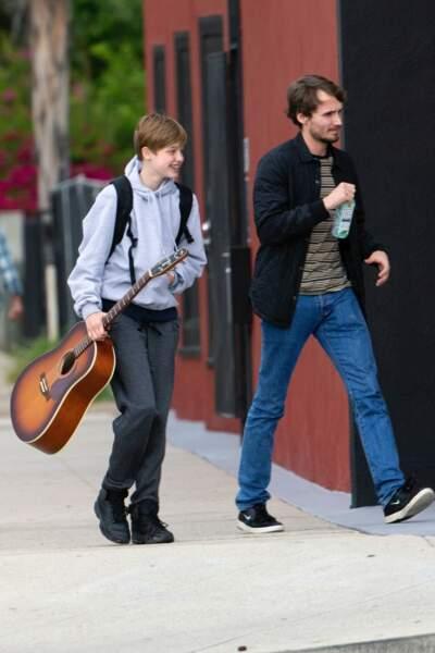 Shiloh Jolie-Pitt se rend très souriante à un cours de guitare à Los Angeles le 29 avril 2019, jogging et sweat à capuche sont de rigueur.