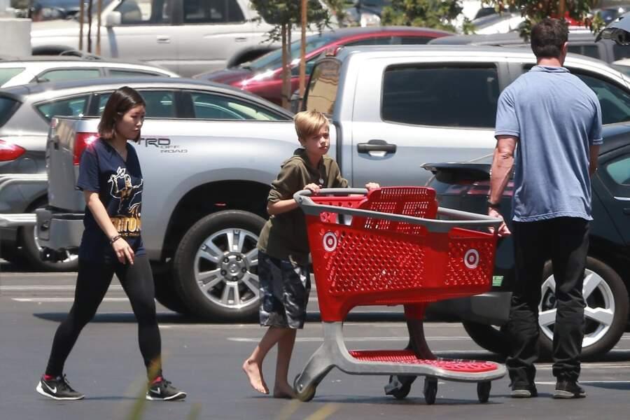 Shiloh jolie Pitt pousse un chariot de course pied nu et sweat et short long en juillet 2017.