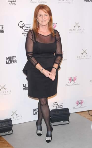 Sarah Ferguson assiste à un dîner caritatif pour lever des fonds reversés à l'hôpital Great Ormond en novembre 2011. Elle porte des chaussures  bi-matière, dont une partie strassée.
