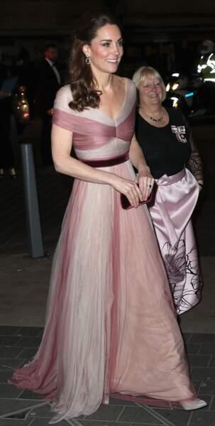 """La duchesse de Cambridge est sublime dans cette robe rose de la maison Gucci et ses escarpins à paillettes Oscar de la Renta pour le dîner de gala """"100 Women in Finance"""" de Londres en 2019."""