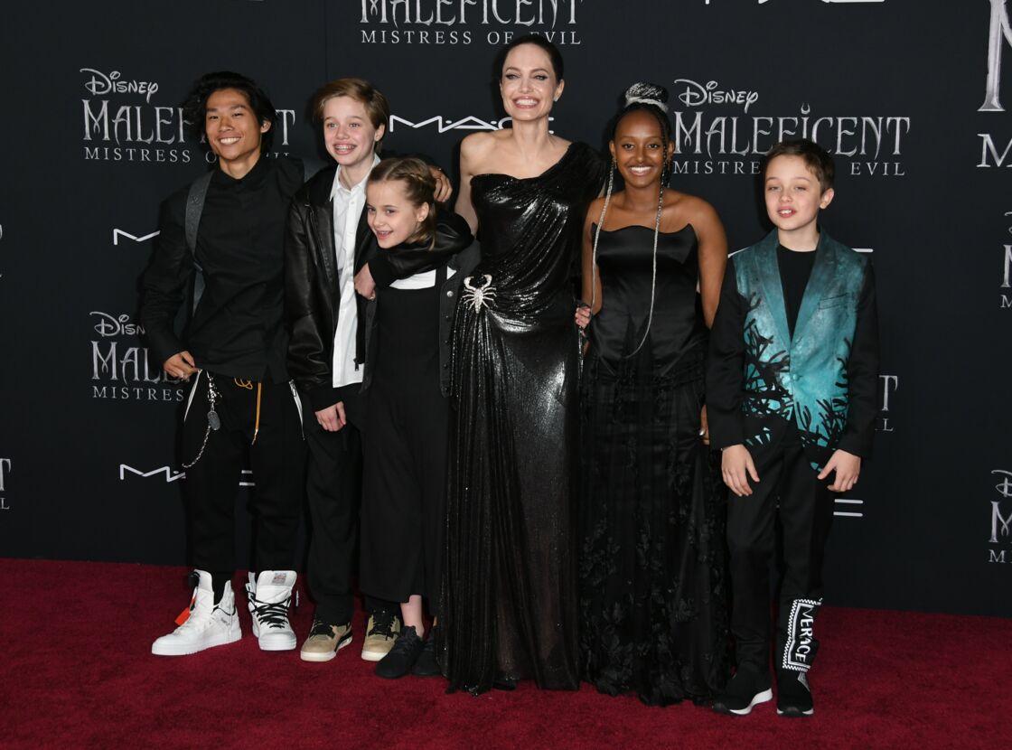 Angelina Jolie avec 6 de ses enfants - Pax, Shiloh, Vivienne, Zahara et Knox - lors de la première hollywoodienne de Maléfique 2, en septembre 2019.