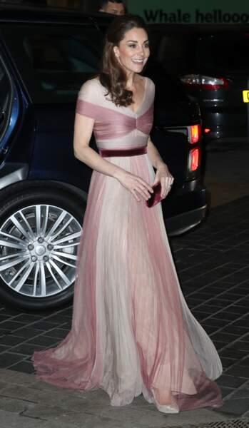 La duchesse de Cambridge a opté pour une paire d'escarpins Oscar de la Renta, sublimes avec cette robe rose en mousseline.
