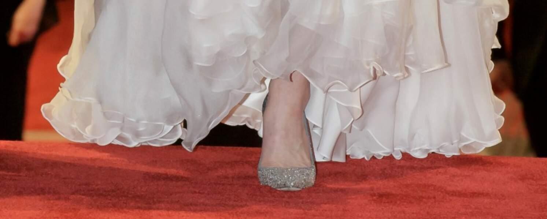 La duchesse de Cambridge porte une robe Alexander McQueen ainsi que ses escarpins pailletés Jimmy Choo lors des BAFTA Awards 2019.