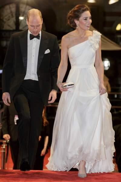 Le prince William et Kate Middleton lors de la 72ème cérémonie annuelle des BAFTA Awards le 10 février 2019. La duchesse porte une jolie robe blanche assortie à une paire d'escarpins blancs à paillettes.