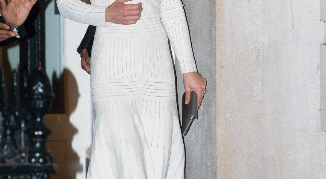 Portés à plusieurs reprises, ces escarpins Jimmy Choo à 600 euros font sensation sur Kate Middleton à l'occasion d'un dîner de Gala. Elle porte également une robe blanche à rayures argentées de chez Barbara Casasola à 1800 €.