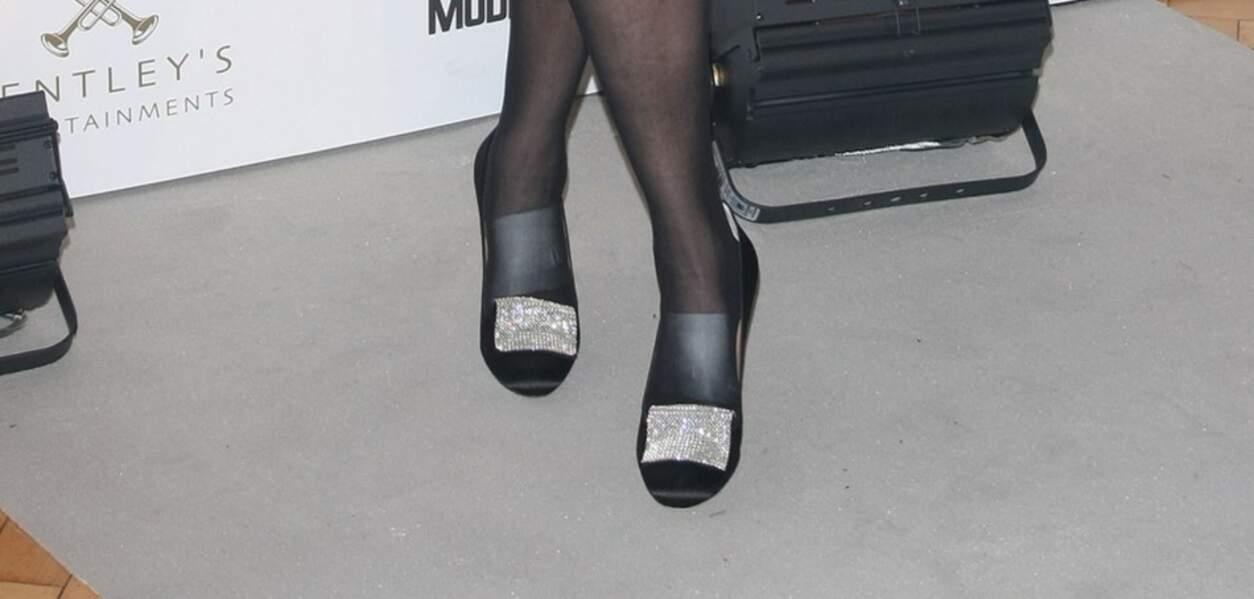 À l'occasion d'un dîner caritatif en 2011, la duchesse d'York porte des chaussures noires parsemées d'une langue à strasse sur le devant de la chaussure.