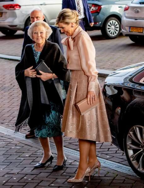 La reine Maxima des Pays-Bas  porte une jolie paire d'escarpins roses pailletés pour cette occasion.