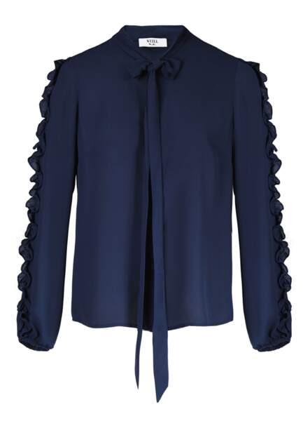 """Chemise à col lavallière bleue froncée sur les manches """"Mona"""", Weill, 99 euros."""
