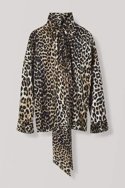 Blouse en soie à lavallière et imprimé léopard, Ganni, 329 euros.