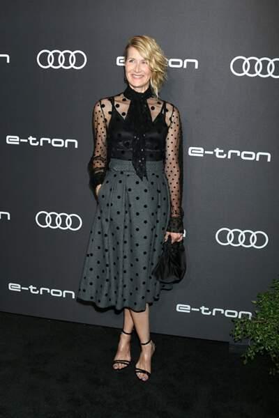 Laura Dern fait dans la transparence avec une blouse à lavallière associée à une jupe à pois.
