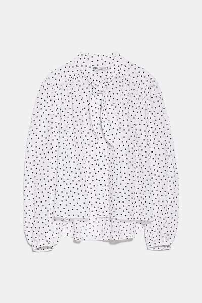 Blouse blanche à pois et lavallière, Zara, 39,95 euros.