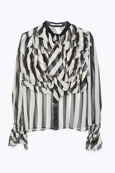 Chemise à lavallière et volants imprimée noir et blanc, Üterque, 89 euros.