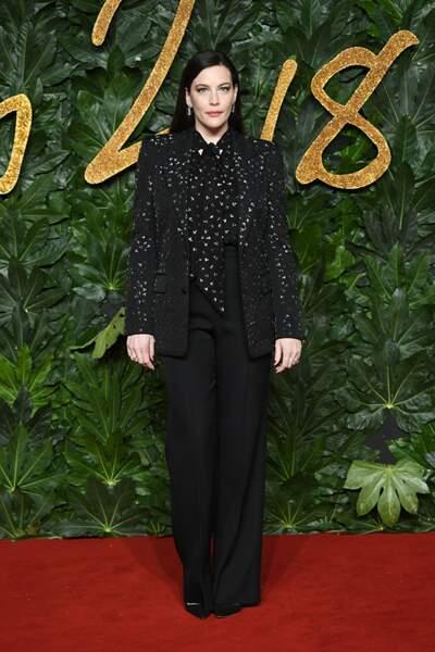 Liv Tyler coordonne sa blouse à lavallière et sa veste de tailleur pour un look de tapis rouge brillant.