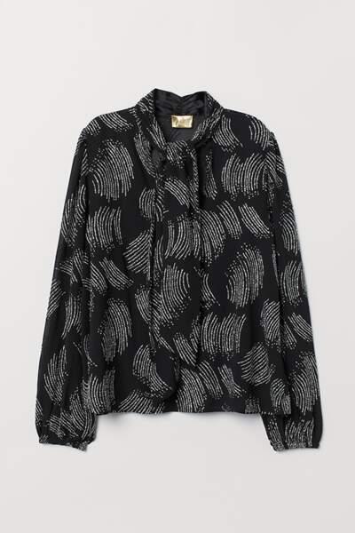 Blouse à lavallière noire brodée de fils argentés, H&M, 44,99 euros.