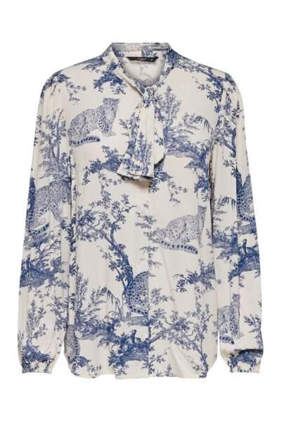 Chemise à lavallière blanche imprimée de bleue façon toile de Jouy, Only, 59,99 euros