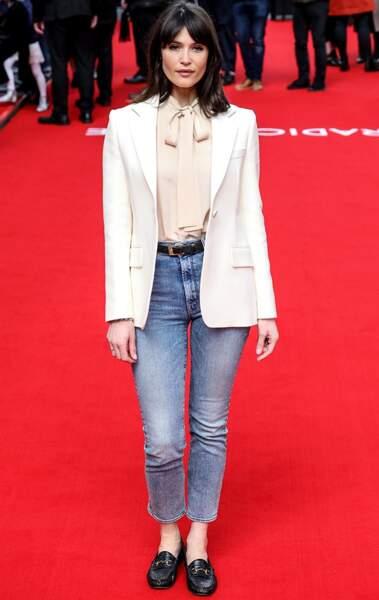 Gemma Arterton choisit une blouse à lavallière nude pour fouler le tapis rouge.